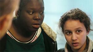 Déborah Lukumuena et Oulaya Amamra, image extraite du film
