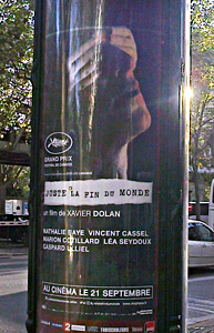 """""""Juste la fin du monde"""" sur une colonne Morris. Photo: Isabelle Fauvel"""