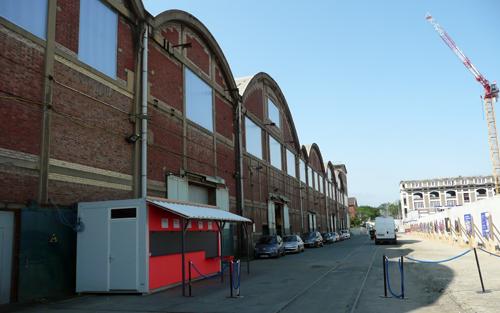 La MC93 a investi la dernière des halles de Babcock et Wilcox. L'entrée du site est au bout à côté de l'ancien immeuble de bureaux. © MF Laborde