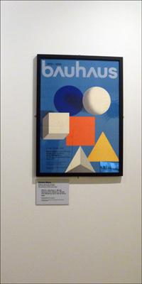 Affiche de style Bauhaus présentée à l'exposition. Photo: PHB/LSDP