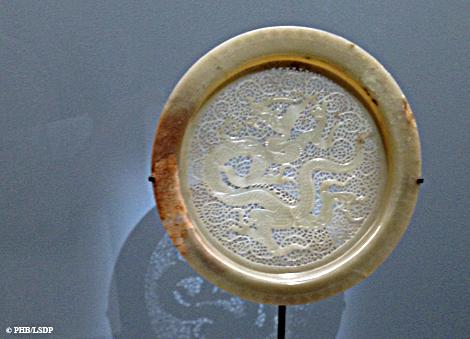 plat ajouré à motif de dragon. Dynastie des Song. 11e siècle. Photo: PHB/LSDP