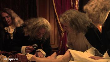 Au chevet des jambes de sa majesté. © Capricci