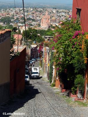 Vue sur la cathédrale de San Miguel de Allende depuis les ruelles escarpées. Photo: LB