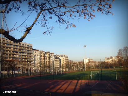 Centre sportif Léo Lagrange. C'est là qu'une rangée d'immeubles barrerait l'horizon du voisinage