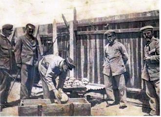 Soldats allemands empaquetant des crânes à destination des musées et universités allemandes. Ca. 1905. (dr)